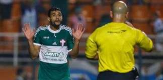 Henrique reclama com árbitro.