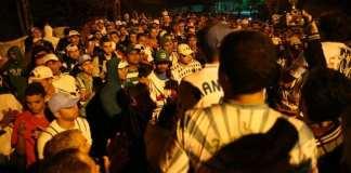 Torcedores protestam em frente a casa de Paulo Nobre.