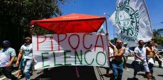 Torcedores protestaram, mas prometeram apoio durante os 90 minutos (Foto: Marcelo D. Sants/FramePhoto/Gazeta Press)