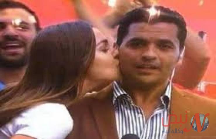 فيديو: فتاة تقبل مراسل التليفزيون المصري على الهواء