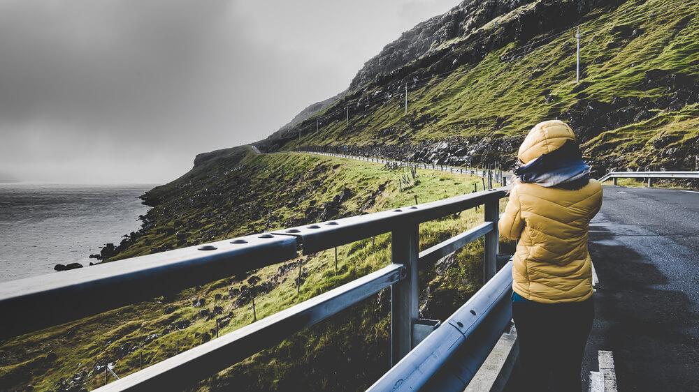 Faroeisland-Road-Trip_blog_nikon_dji_faroeisland_mounten_folkgreen_wasserfall_fossa_frau_gelb