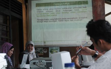 Kepala Bidang Promosi dan Pemasaran PT. Jamsostek Palu, Minarni (tengah) menjelaskan tentang asuransi tenaga kerja kepada sejumlah wartawan dari berbagai media di Sekretariat Aliansi Jurnalis Independen (AJI) Palu, Sulawesi tengah, Rabu (8/5).