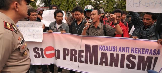 Salah seorang jurnalis menyampaikan tuntutannya ketika berunjuk rasa di depan Kantor Polres Palu, Jumat (31/12).