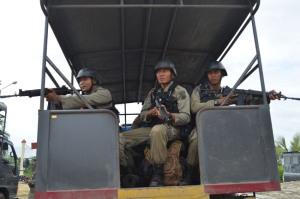 Sejumlah personil Brigade Mobil (Brimob) dengan senjata lengkap bersiaga diatas truk pasukan menuju beberapa titik lokasi dalam Operasi Camar Maleo 2 di Poso, Sulawesi Tengah,  Sabtu (16/5). Sekitar 1000 personil aparat kepolisian diturunkan dalam operasi Mabes Polri tersebut akan melakukan operasi lanjutan selama dua bulan kedepan, terdiri 600 personil Resimen Kelapa Dua, Brimob Polda Sulteng 367 orang dan ditambah kepolisian Polres Poso. beritapalu.com/BAIM LATAMA/ZAINUDDIN MN
