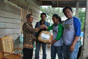 Walhi Sulteng Salurkan Bantuan di Desa Sarombaya