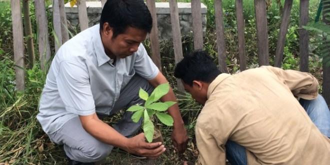 Puluhan Mahasiswa dan Jurnalis Tanam Pohon Pelindung
