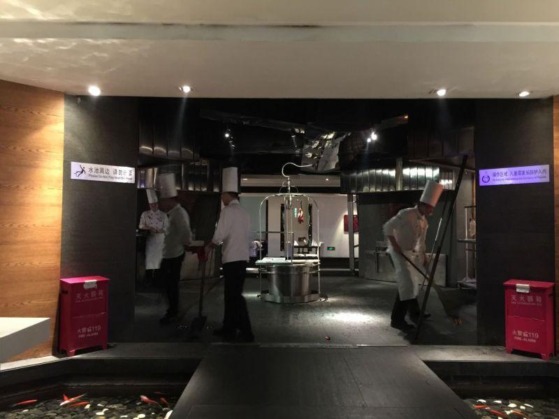 大董烤鴨大廳的烤鴨專區。這是一個結合表演與美食的新概念