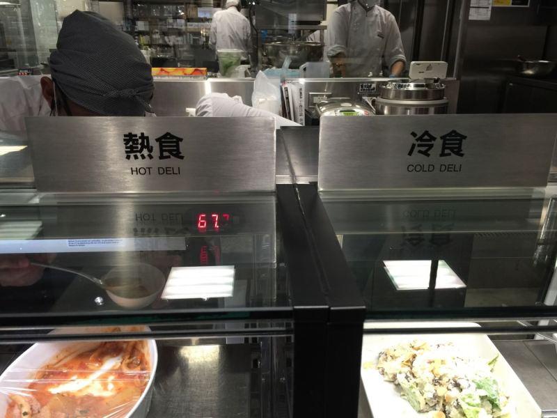 熱食與冷食分開放置不同溫度的餐櫃,貼心又一目了然