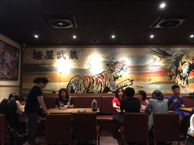 麵虎武藏鷹虎的牆壁上就放了兩隻超大版的老鷹跟老虎在 PK