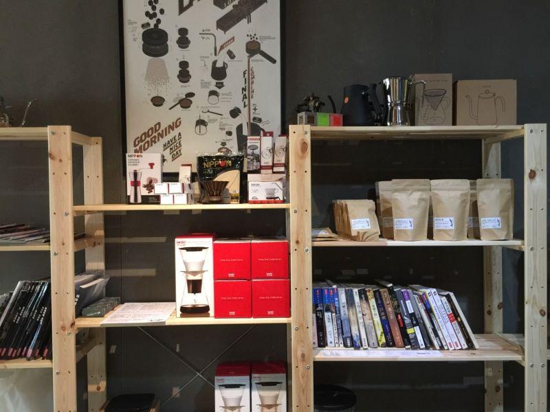 左側牆壁的木架,放著書跟零賣的咖啡豆,還蠻簡單可愛的裝潢