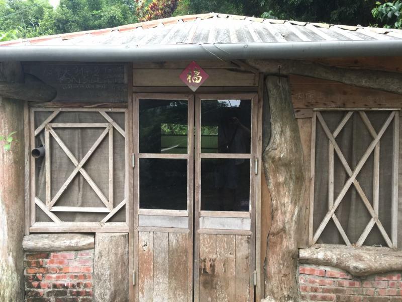 老家咖啡 入口處旁的建築物