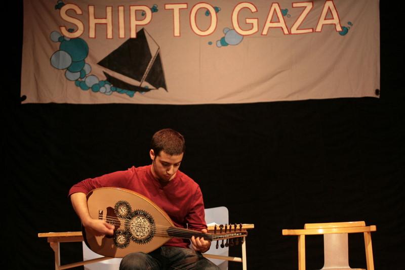 Baakr Khleifi, som studerar musik på Artisten vid Göteborgs Universitet, underhöll.