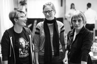 Partiföreningens nyvalda ordförande Helen Edenryd (mitten) avtackar de tidigare ordförandena Karin Fyhr (2015) och Lisa Ahlqvist (2014) som nu lämnar styrelsen.