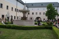 fontána na nádvorí hradu