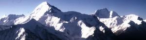 コルジェネフスカヤ峰(左)とイスモイル・ソモニ峰(近藤和美撮影)s