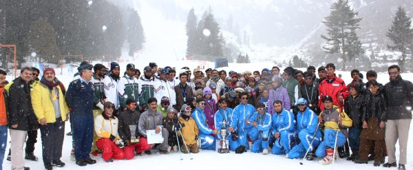 Group photo of the athletes with the guests and officials