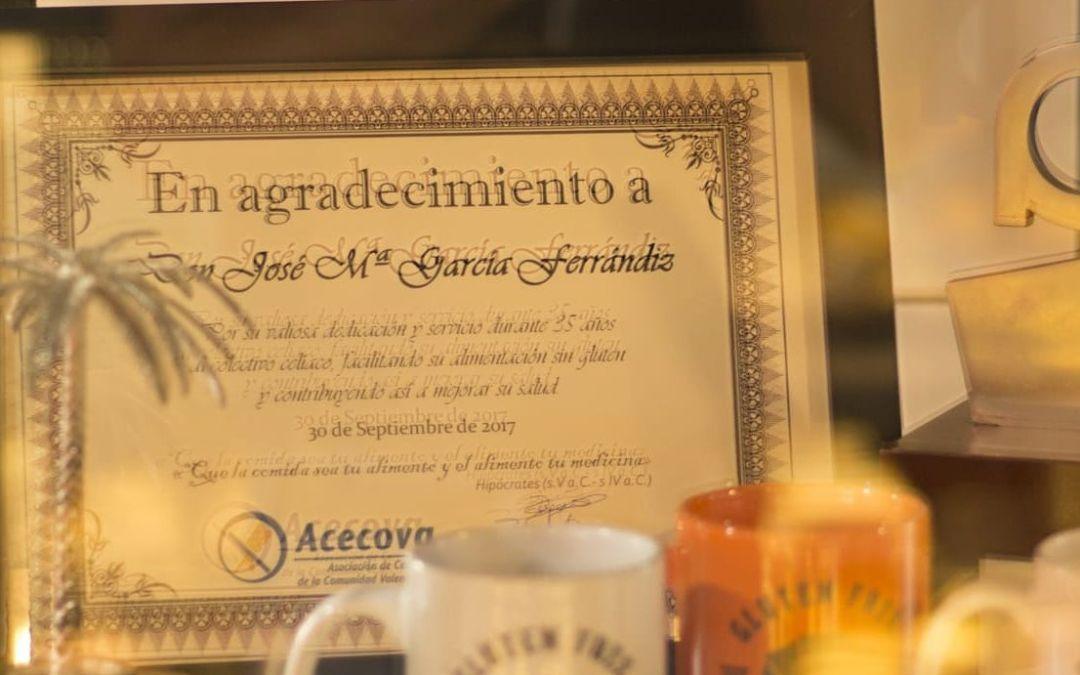 """Placa Acecova Agradecimieto a """"Don José M García """" por su gran labor y servicio al colectivo celiaco durante 35 años, contribuyendo y así mejorar su salud ."""