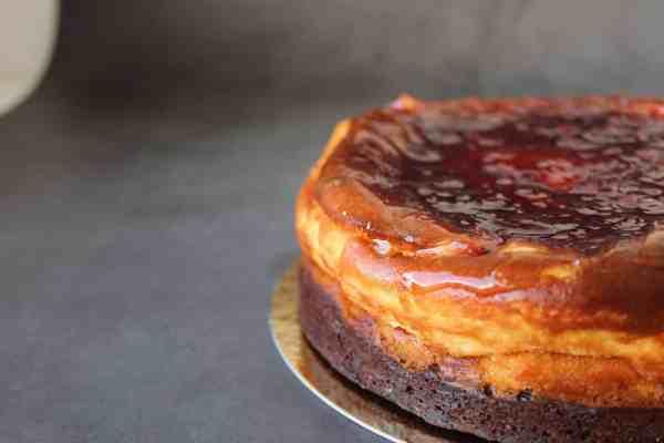 Cheesecake-con-brownie-y-frambuesa-turron-esencia-de-pistacho-sin-gluten-con-lactosa-y-frutos-secos-www.panaderiajmgarcia.com-panaderia-sin-gluten-alicante