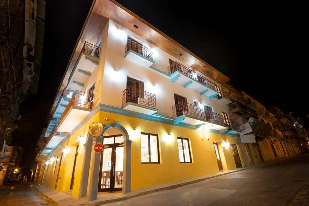 Hotel Tantalo está ubicado en la esquina de la Calle 8 este con la Avenida B