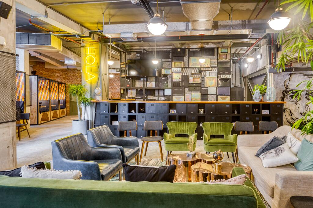 lobby y recepción de Selina Casco Viejo con sillas y sofás