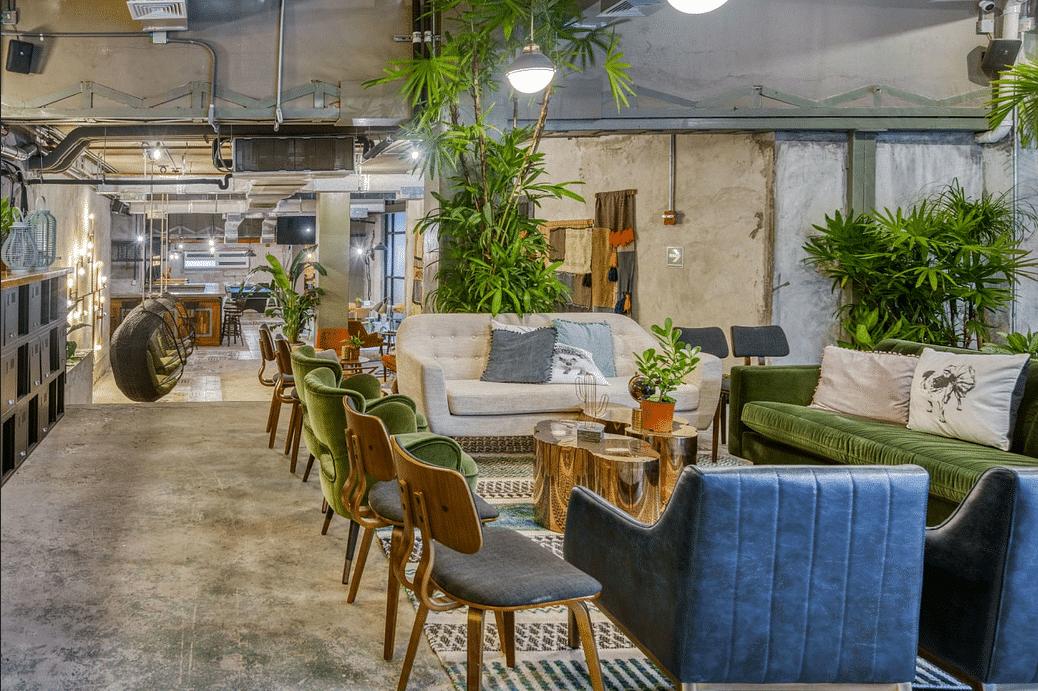 espacio de coworking de Selina Casco Viejo con sillas y sofás