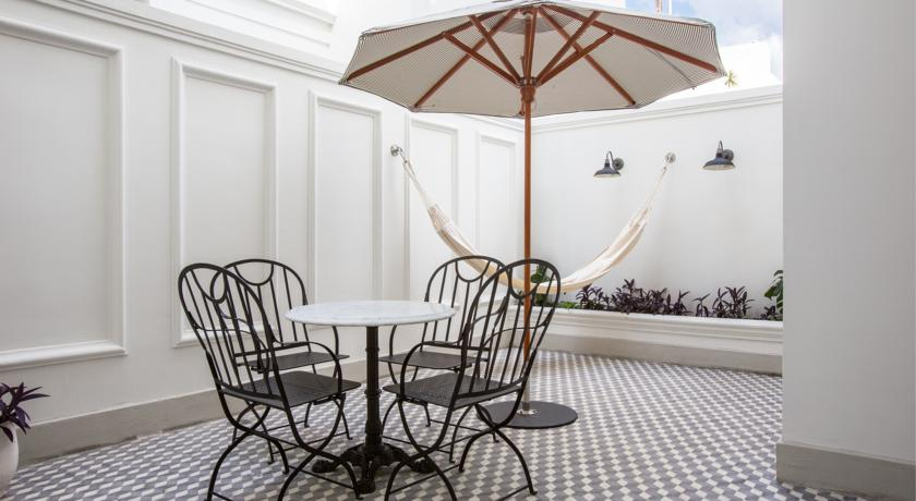 Courtyard with table and hammock at the American Trade Hotel in Casco Viejo