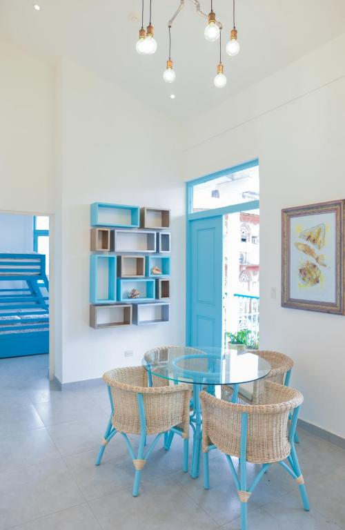 living room and dining table of apartment 1A in Flor de Lirio Casco Viejo
