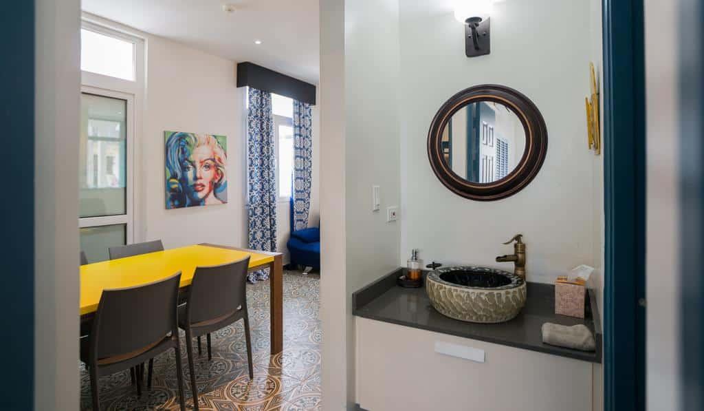 Lavabo y sala de estar del apartamento 1A en Flor de Lirio en Casco Viejo