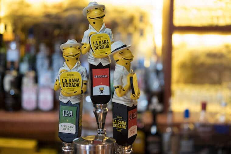 Las ranas doradas se pueden ver en los tabs de cerveza en los pubs La Rana Dorada