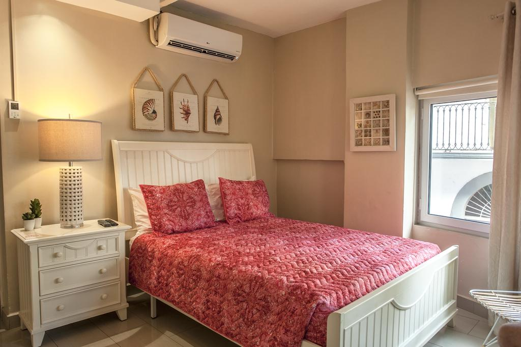 room with queen size bed at magnolia inn