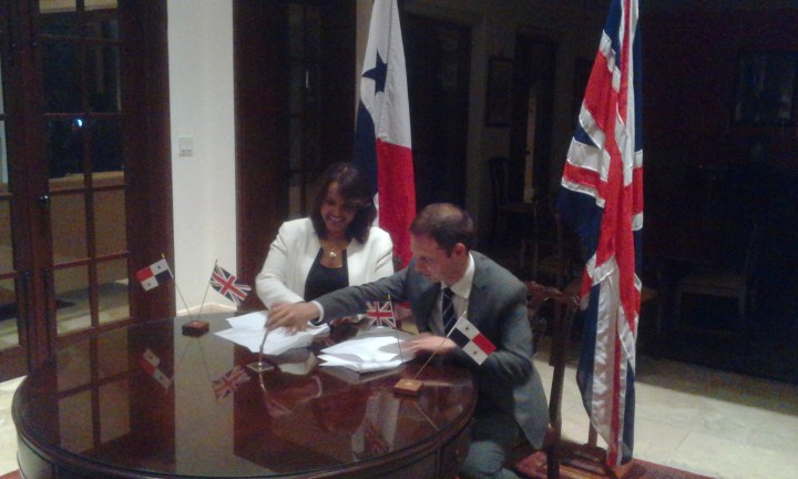 British Ambassador Dr. Ian Collard signs a scholarship agreement with a representative of IFARHU.