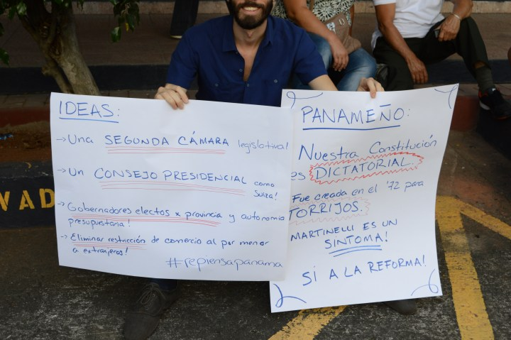 """Sign on right reads """"Our constitution is dictatorial. It was created in 1972 for Torrijos. Martinelli is a symptom. Yes to reform!"""""""