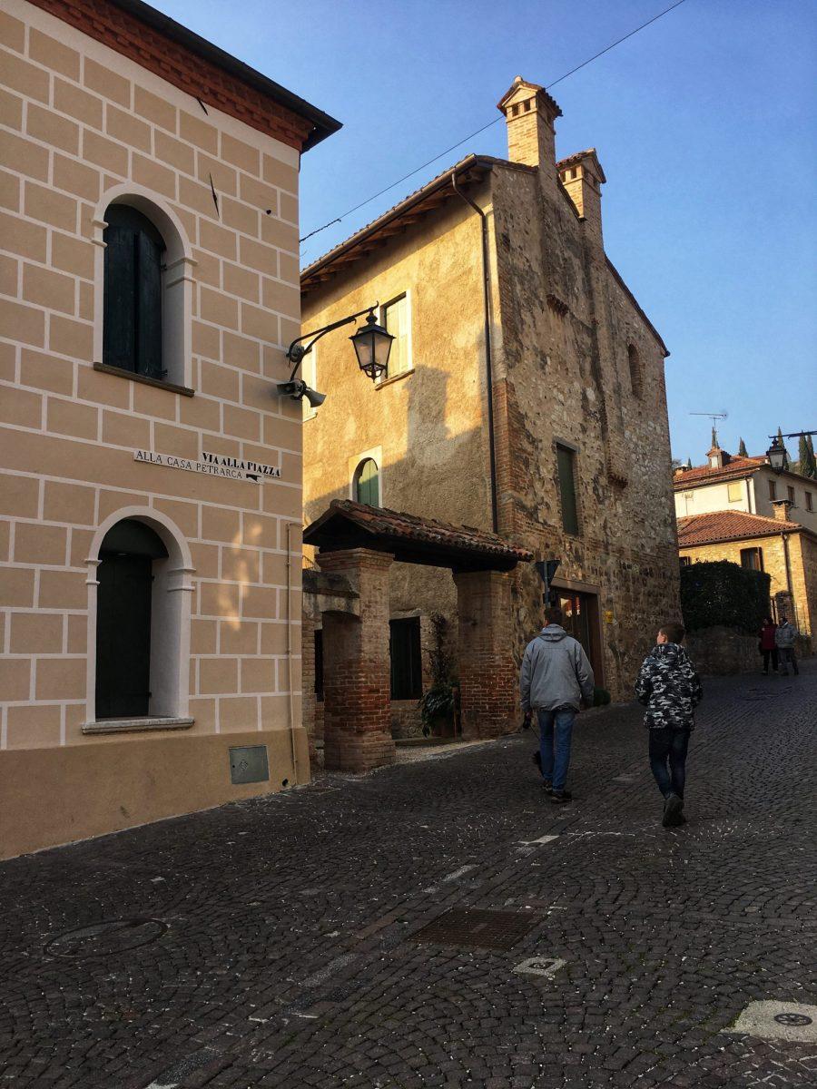 salendo al borgo alto Arqua Petrarca