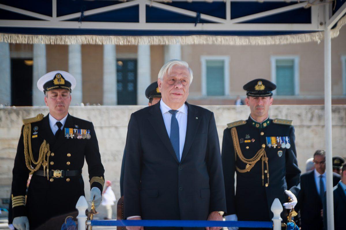 25η Μαρτίου: Η στιγμή που άνδρας προσπαθεί να επιτεθεί στον Παυλόπουλο (vid)   panathinaikos24.gr