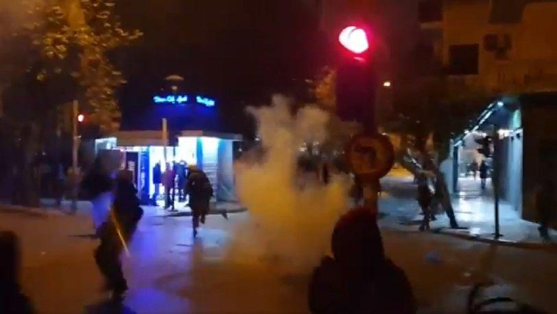 Βίντεο που σοκάρει: Άνδρας των ΜΑΤ… βουτάει και ρίχνει βίαια κάτω μια κοπέλα για να τη συλλάβει (vid) | panathinaikos24.gr