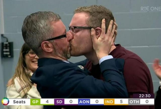Νεοεκλεγείς βουλευτής φιλά στο στόμα τον σύντροφό του (vid) | panathinaikos24.gr
