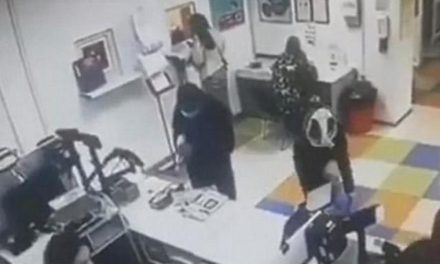 Ουκρανή έβγαλε το εσώρουχό της στο ταχυδρομείο και το έκανε… μάσκα (video) | panathinaikos24.gr
