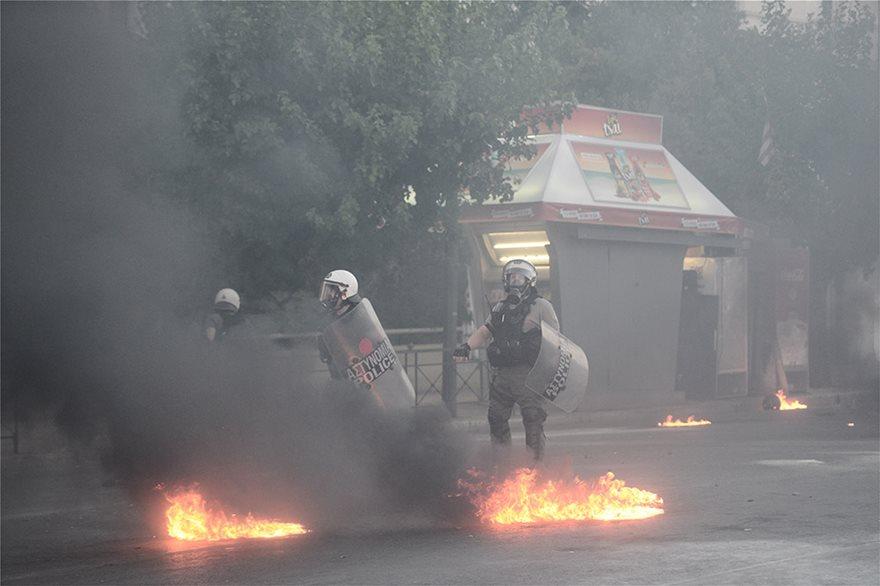 Επεισόδια στο Σύνταγμα: Έπεσαν μολότοφ και δακρυγόνα στην πορεία για τις διαδηλώσεις (vids) | panathinaikos24.gr