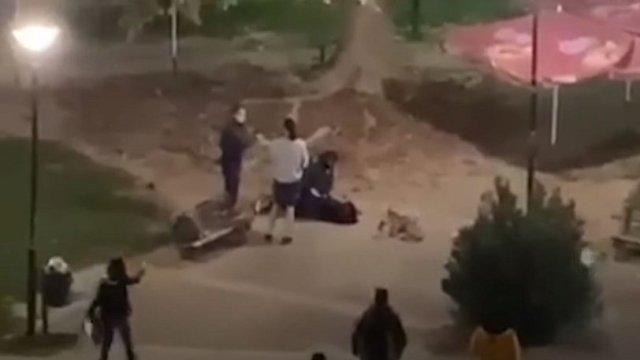 Εικόνες – ΝΤΡΟΠΗ: Αστυνομικός στην Καρδίτσα έριξε κάτω 15χρονη και της έβαλε χειροπέδες επειδή καθόταν στην πλατεία (vid)   panathinaikos24.gr