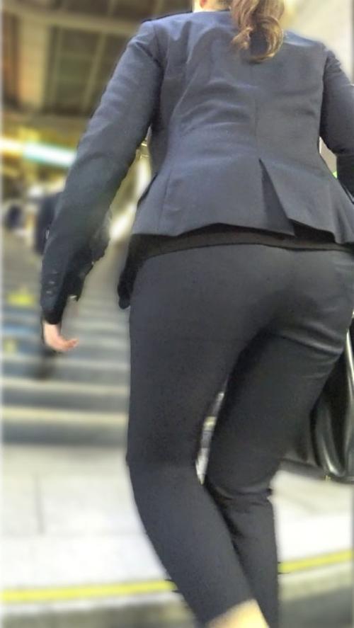 パンツスーツのパンティライン