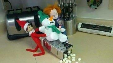 Elf in the Shelf, este duende que supervisa el comportamiento de los niños, se porta algo mal...