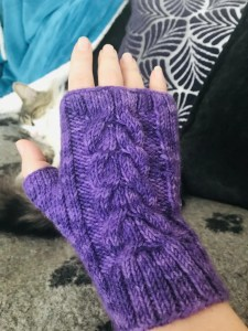 Fingerless knitted mitten with cable pattern