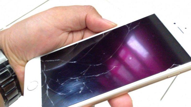 Resiko Berbahaya Menggunakan Smartphone dengan Layar Retak 1
