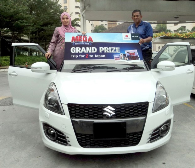 Suzuki Mega Roadshow Lucky Draw Grand Prize Winner Pn Syahrida Deha and husband En Roslan Talib