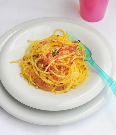 Spaghetti alle cipolle caramellate e granella di pistacchio