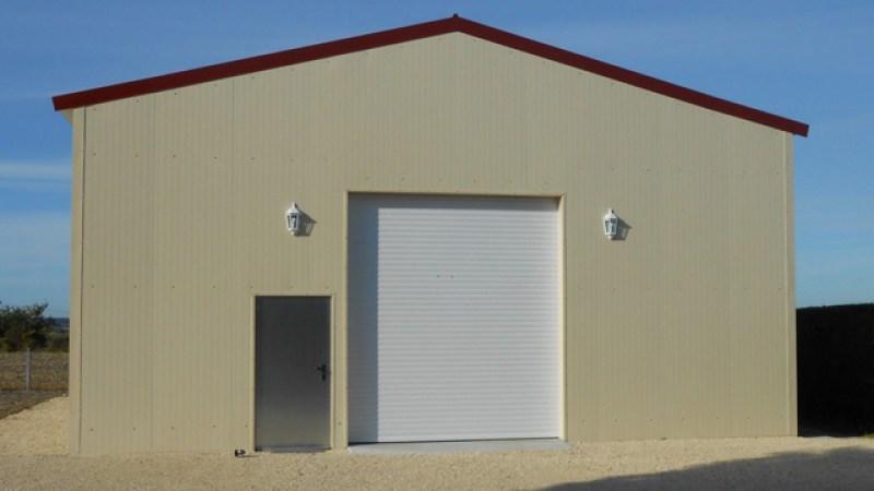 Casa construida con Panel Sandwich Fachada Vista en color crema bisadoa