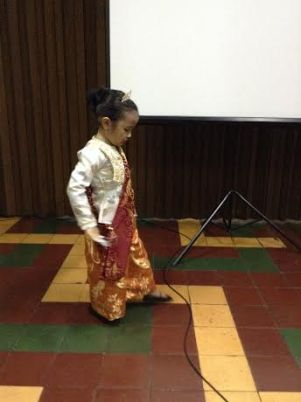 """Hannah Wadi in a solo performance after the film showing of """"Pagbabaliks sa tawi-Tawi"""""""