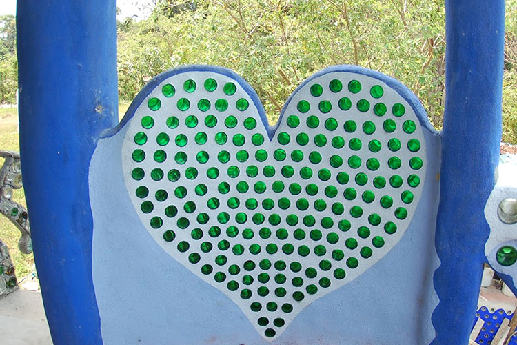 bottle-wall-heart-belize