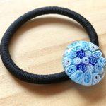 No.2-2 ガラスのヘアゴム(ブルー x ホワイト) … ¥2,000 (大きさ:約2.3cm ゴム太さ:約0.4cm)