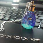 No.141 可愛い宇宙タマゴのネックレス2 … ¥2,800 (大きさ:横2.0cm 縦:4.0cm コード:50cm+5cm) (レジン・ジルコニア・ガラス玉・LEDブラックライト・金具)